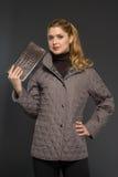 Mujer hermosa joven en ropa del invierno Imagenes de archivo