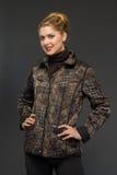 Mujer hermosa joven en ropa del invierno Imágenes de archivo libres de regalías