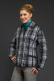 Mujer hermosa joven en ropa del invierno Fotos de archivo libres de regalías