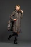 Mujer hermosa joven en ropa del invierno Imagen de archivo libre de regalías