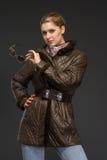Mujer hermosa joven en ropa del invierno Fotos de archivo
