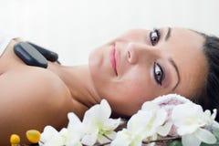 Mujer hermosa joven en salón del balneario Imágenes de archivo libres de regalías