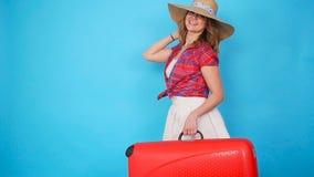 Mujer hermosa joven en sombrero con la maleta almacen de video