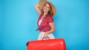 Mujer hermosa joven en sombrero con la maleta almacen de metraje de vídeo