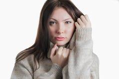 Mujer hermosa joven en suéter caliente grande Imágenes de archivo libres de regalías