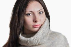 Mujer hermosa joven en suéter caliente grande Fotos de archivo