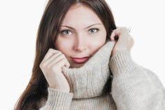 Mujer hermosa joven en suéter caliente grande fotos de archivo libres de regalías