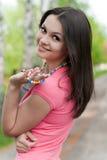 Mujer hermosa joven en tapa rosada al aire libre Foto de archivo