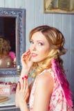 Mujer hermosa joven en traje del ángel Fotos de archivo libres de regalías