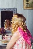 Mujer hermosa joven en traje del ángel Imagen de archivo