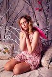 Mujer hermosa joven en traje del ángel con las alas rosadas Imagen de archivo libre de regalías