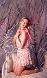 Mujer hermosa joven en traje del ángel con las alas rosadas Fotografía de archivo