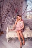 Mujer hermosa joven en traje del ángel con las alas rosadas Fotografía de archivo libre de regalías