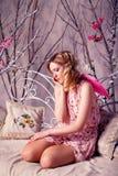 Mujer hermosa joven en traje del ángel con las alas rosadas Fotos de archivo libres de regalías