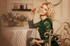 Mujer hermosa joven en un café Muchacha blondy de moda moderna en re Imágenes de archivo libres de regalías