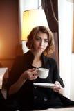 Mujer hermosa joven en un café Muchacha blondy de moda moderna en re Fotografía de archivo