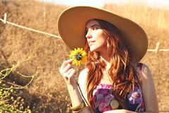 Mujer hermosa joven en un campo en tiempo de verano fotos de archivo