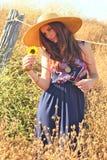Mujer hermosa joven en un campo en tiempo de verano imagen de archivo
