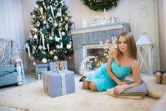 Mujer hermosa joven en un cuarto adornado para celebrar el Año Nuevo y la Navidad Imagenes de archivo