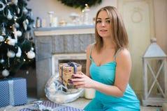 Mujer hermosa joven en un cuarto adornado para celebrar el Año Nuevo y la Navidad Fotografía de archivo libre de regalías