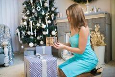 Mujer hermosa joven en un cuarto adornado para celebrar el Año Nuevo y la Navidad Foto de archivo