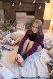 Mujer hermosa joven en un cuarto adornado para celebrar el Año Nuevo y la Navidad Foto de archivo libre de regalías