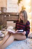 Mujer hermosa joven en un cuarto adornado para celebrar el Año Nuevo y la Navidad Imágenes de archivo libres de regalías