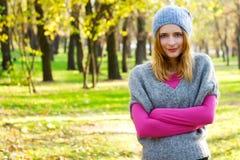 Mujer hermosa joven en un parque del otoño Imágenes de archivo libres de regalías