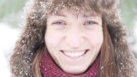 Mujer hermosa joven en un paseo en el parque en invierno metrajes