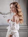 Mujer hermosa joven en un vestido barroco blanco Fotos de archivo
