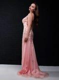 Mujer hermosa joven en un vestido rosado Foto de archivo