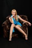 Mujer hermosa joven en una alineada azul. Foto de archivo libre de regalías