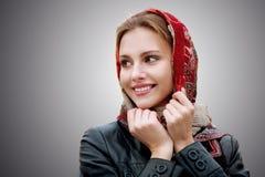 Mujer hermosa joven en una bufanda roja Imagenes de archivo