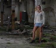 Mujer hermosa joven en una fábrica abandonada Imagen de archivo