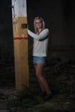 Mujer hermosa joven en una fábrica abandonada Fotografía de archivo