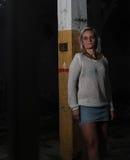 Mujer hermosa joven en una fábrica abandonada Fotos de archivo libres de regalías
