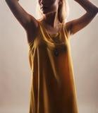 Mujer hermosa joven en vestido amarillo Aislado en blanco Foto de archivo