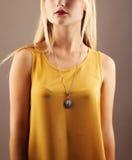 Mujer hermosa joven en vestido amarillo Aislado en gris Imagen de archivo