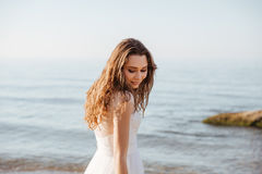 Mujer hermosa joven en vestido de boda en la playa Imagen de archivo