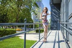 Mujer hermosa joven en vestido sexy en la calle del verano Foto de archivo libre de regalías