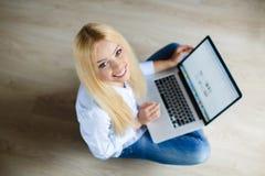 Mujer hermosa joven feliz con el ordenador portátil dentro Fotografía de archivo libre de regalías