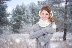 Mujer hermosa joven feliz en bosque del invierno Imágenes de archivo libres de regalías