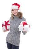 Mujer hermosa joven feliz en ropa del invierno y el sombrero de santa con Imágenes de archivo libres de regalías