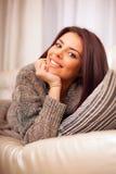 Mujer hermosa joven feliz que se relaja encendido tan Imagen de archivo