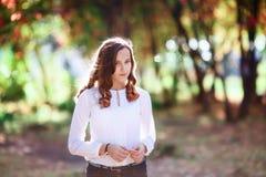 Mujer hermosa joven Muchacha del adolescente de la belleza en parque colorido del otoño Fotografía de archivo