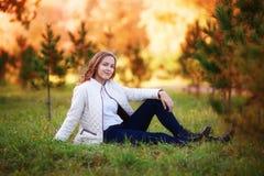 Mujer hermosa joven Muchacha del adolescente de la belleza que se sienta en parque del otoño Fotos de archivo libres de regalías