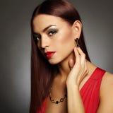 Mujer hermosa joven muchacha morena con maquillaje de la belleza Imágenes de archivo libres de regalías