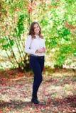 Mujer hermosa joven Muchacha sonriente del adolescente de la belleza en parque del otoño Fotografía de archivo