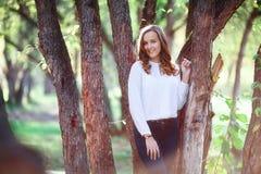 Mujer hermosa joven Muchacha sonriente del adolescente de la belleza en parque del otoño Imagenes de archivo