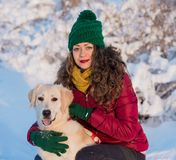 Mujer hermosa joven que abraza su perro del golden retriever Imagen de archivo libre de regalías